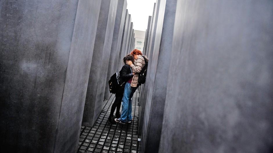 Zwischen den Stelen des Berliner Holocaust-Mahnmals
