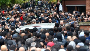 Großer Andrang bei Beerdigung von erschossenem Clan-Mitglied