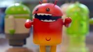 Android-Männchen in einer Vitrine in Googles Berliner Büros.