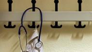 Operativer Eingriff: Die Rate von Geburten per Kaiserschnitt in hessischen Unikliniken ist hoch.
