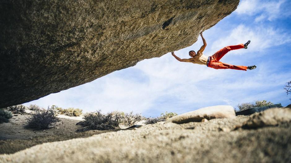 Alexander Megos beim Felsklettern: ein Wunderwerk an Kraft, Beweglichkeit, Ausdauer und Körpergefühl
