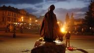 Betende vor einer Statue Johannes Pauls II. am fünften Todestag des Papstes