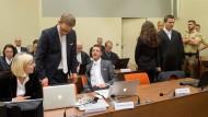 Beate Zschäpes Anwälte Anja Sturm (v.l.), Wolfgang Heer und Wolfgang Stahl Ende September im Gerichtssaal in München, während die Angeklagte neben ihrem vierten Anwalt Mathias Grasel.
