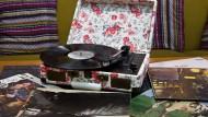 Flower-Power: Der amerikanische Hersteller Crosley verpackt Plattenspieler im Retro-Look. Auch die Deko ringsum im Urban-Outfitters-Shop in Frankfurt passt sich dem an.