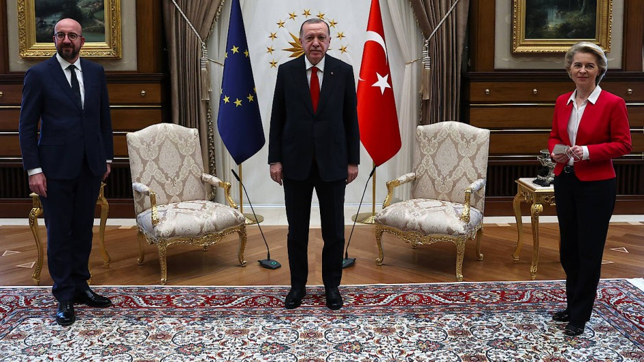 Protokollarisches Fiasko: Während des Besuchs der EU-Führung in Ankara stellt die türkische Regierung nur einen Platz neben Erdogan bereit.