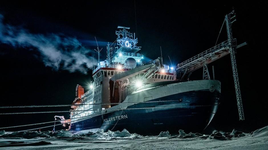 """Im Winter wurde das deutsche Forschungsschiff """"Polarstern"""" zur einzigen Lichtquelle für die Teilnehmer der Expedition, und zwar über lange Wochen."""
