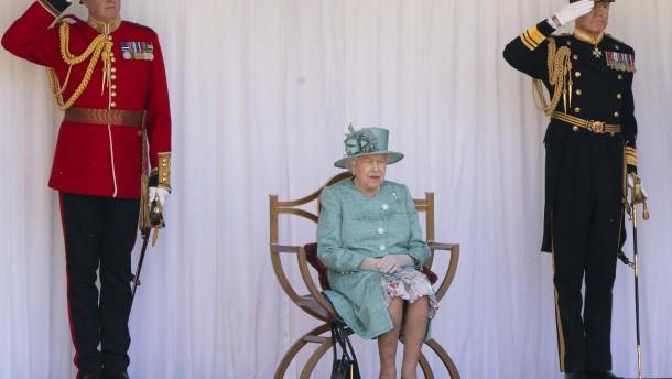 Queen Elizabeth II. feiert Geburtstag mit kleiner Parade
