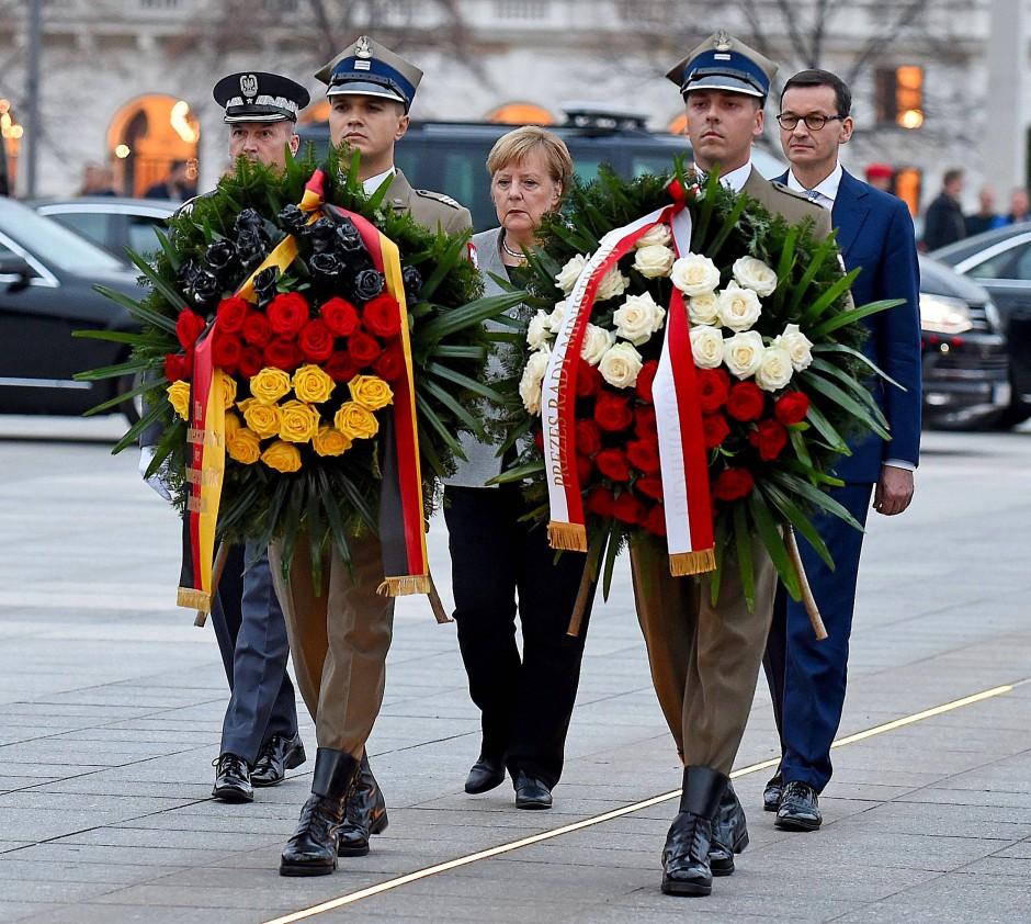 Angela Merkel und  Mateusz Morawiecki bei einer Kranzniederlegung am Grabmal des Unbekannten Soldaten in Warschau.