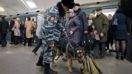 Erhöhte Sicherheitsmaßnahmen einen Tag nach der Explosion in der Sankt Petersburger U-Bahn