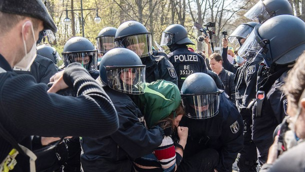 Polizei löst Demonstration in Berlin auf