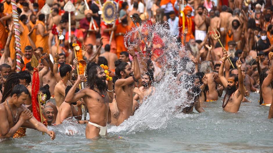 Hindus baden am 12. April bei dem Kumbh Mela in Haridwar im Ganges