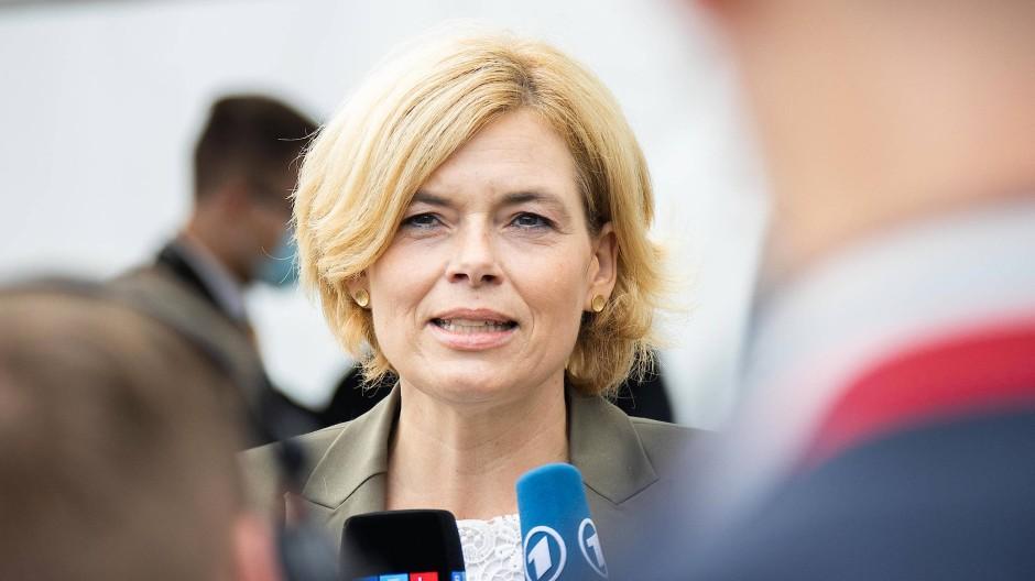 Julia Klöckner, Bundesministerin für Ernährung und Landwirtschaft, spricht am 27. September vor dem Konrad-Adenauer-Haus mit der Presse.