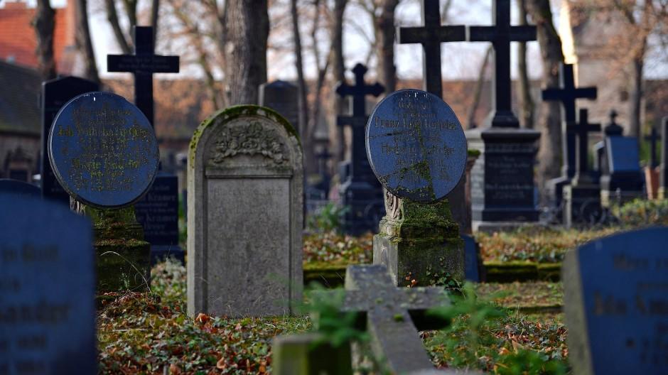 Grabsteine in Halle: Wann ist der Schmerz vorbei?