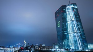 EZB-Turm während der Luminale im März 2016: Der Blick auf die Geldpolitik von Draghi & Co. verstellt den Blick auf das Wesentliche.