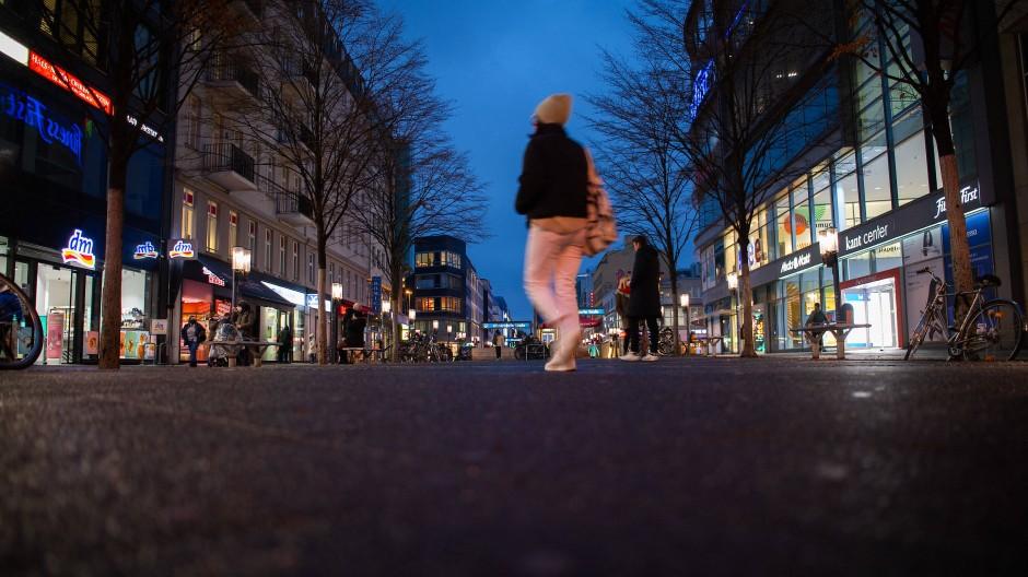 Nur wenige Menschen sind in der Fußgängerzone in der Wilmersdorfer Straße in Berlin unterwegs.