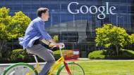 Ein Fahrradfahrer auf dem Google Campus im Silicon Valley