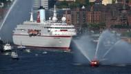 """Einst lief die """"MS Deutschland"""" graziös in den Hamburger Hafen ein, jetzt liegt sie nahe Gibraltar."""