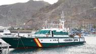 Ein Boot der Guardia Civil, das an der Suche nach den vermissten Mädchen beteiligt war, liegt in einem Hafen von Teneriffa vor Anker.