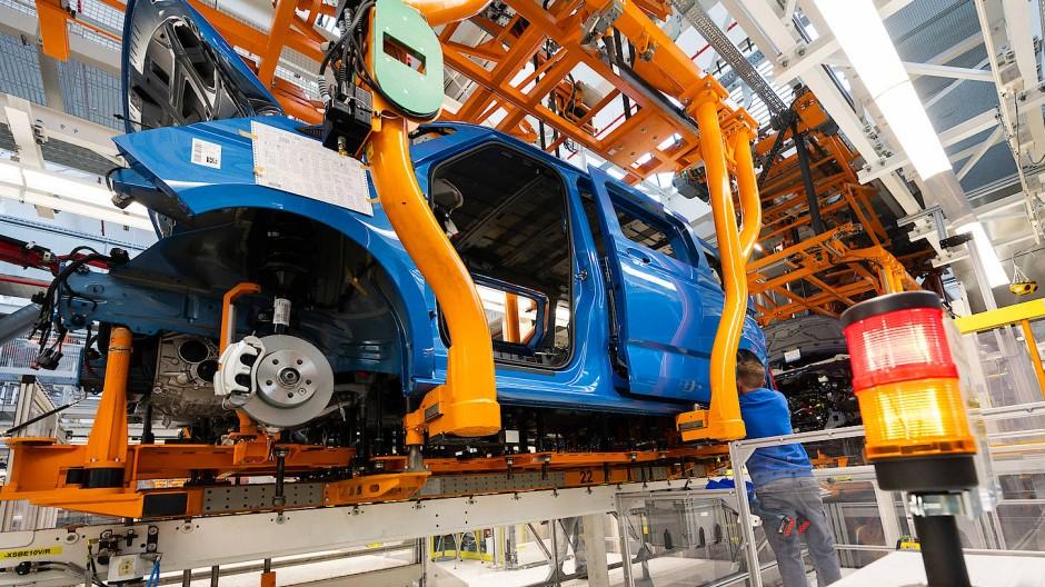 Am Fließband könnte die Ampel bald auf Rot stehen: den Autoherstellern fehlt der Werkstoff Magnesium.
