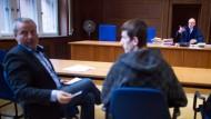 Der Asylbewerber Ismail Z. (r) und und der Gerichtsübersetzer Bedri Iberdemaj (l) sitzen am 18. August 2015 in Düsseldorf (Nordrhein-Westfalen) im Verhandlungssaal 211 vor dem Vorsitzenden Richter Winfried Schwerdtfeger (hinten). Es werden an diesem Tag fünf Asylverfahren verhandelt.