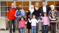 Stehen unter Nörgel-Alarm: Ehepaar Ferres und Maschmeyer mit aufgenommenen Flüchtlingen vor ihrer Villa in Hannover