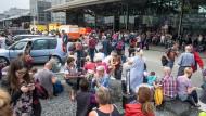 Wegen der wartenden Fluggäste wurde die Zufahrt zum Flughafen vorerst gesperrt.