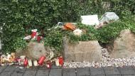 Nachbarn, Freunde und Angehörige haben vor dem Haus, in dem sich die Tat ereignete, Kerzen und Stofftiere abgelegt.