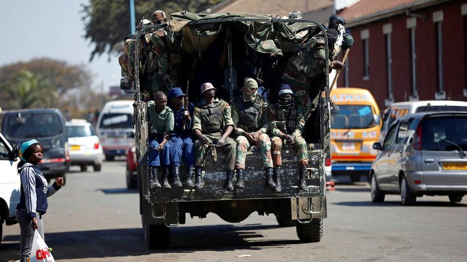 Soldaten auf den Straßen von Harare
