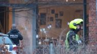 Polizisten am Tatort in Kopenhagen. Rund vierzig Schüsse sollen die Täter abgefeuert haben.