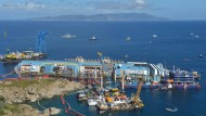 Die Costa Concordia dreht sich aus den Fluten