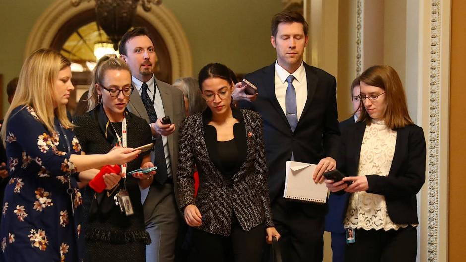 Keine Einigung: Von Reportern umzingelt verlässt die Demokratin Alexandria Ocasio-Cortez (Dritte von rechts) die Abstimmung des Senats.