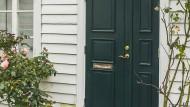 Die Tür ist zu, der Schlüssel noch in der Wohnung: Um wieder hereinzukommen, führt der Weg meist nicht an einem Schlüsseldienst vorbei.