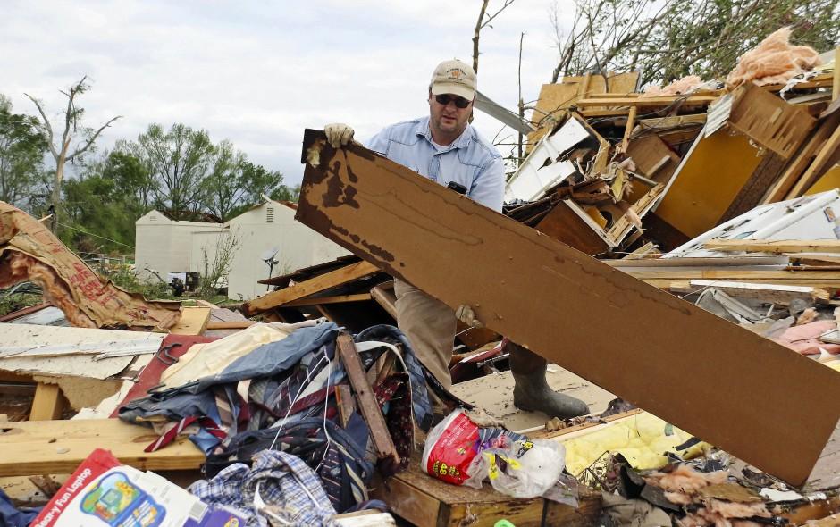 Verwüstung in Ohio: Roman Brown räumt in Hamilton Teile eines zerstörten Hauses zur Seite, während er für einen Freund nach Medizin sucht.