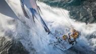 """Kampf mit den Elementen: 80.000 Kilometer in elf Etappen warten auch auf die Crew der """"Turn the Tide on Plastic""""."""