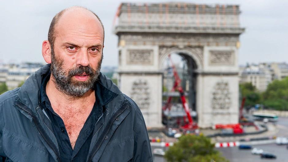 In Christos Mission: Der Neffe des Künstlers, Wladimir Jawaschew, führt dessen Projekt eines verhüllten Arc de Triomphe in Paris aus.