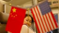 Die Eintracht der Flaggen trügt – Seite an Seite marschieren China und Amerika längst nicht mehr.