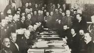 Unterzeichnung des Waffenstillstandsvertrags von Brest-Litowsk durch Prinz Leopold von Bayern, dem Oberbefehlshaber der deutschen Ostfront.