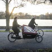 Dänisches Lebensgefühl in Hannover: Myriam Schlüter und Felix Rebers mit Lastenrad und normalem Fahrrad