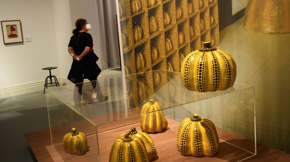 Die Berliner Ausstellung breitet Kusamas Werk in der Abfolge seiner Ausstellungen seit 1952 aus, die Raum für Raum rekonstruiert werden und sichtbar machen, wie früh die Künstlerin mit ihren Ideen dran war.