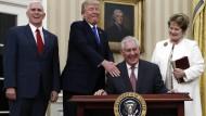 An die Arbeit: Außenminister Rex Tillerson (sitzend) nach seiner Vereidigung im Weißen Haus zusammen mit Vize-Präsident Pence, Präsident Trump und seiner Ehefrau (von links).