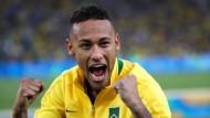 Der brasilianische Stürmerstar Neymar bejubelt die Goldmedaille seines Teams.