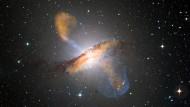 Die Galaxie Centaurus A (NGC 5128) ist umgeben von auffälligen Staubstrukturen.