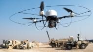 Bislang least die Bundeswehr Drohnen. Hier fliegt eine Ende Dezember während einer Übung durch das Camp Masar-i-Scharif in Afghanistan