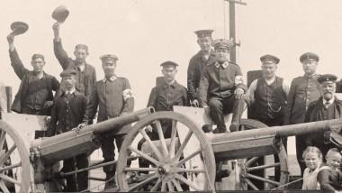 Von deutschen Truppen eroberte französische Geschütze treffen 1914 in Deutschland ein.