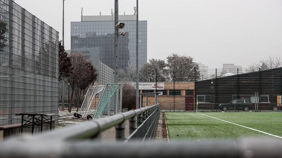 Verlagerung an einen neutralen Ort: Schlägereien zwischen Fußballfans finden nur selten auf dem Fußballplatz statt. (Archiv)