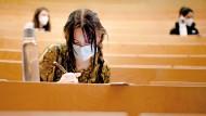 Vereinsamt: Eine Studentin im Hörsaal im Biozentrum der Frankfurter Goethe-Universität  im März 2021.