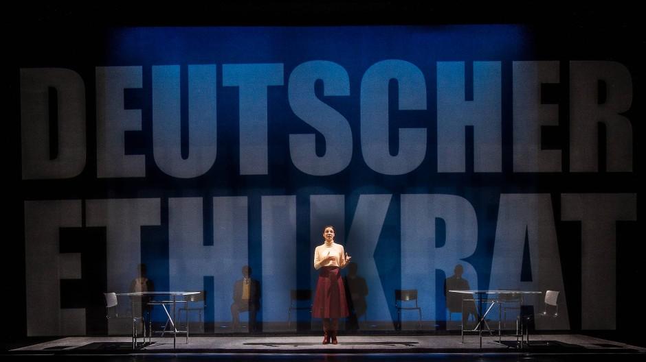 Was alle angeht, muss von allen entschieden werden, nach Vorgaben aus Karlsruhe: Judith Bohle spielt die Vorsitzende des Ethikrates.