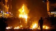 Die Flammen loderten stundenlang. Vieles, was die Täter aus den geplünderten Geschäften schleppten, warfen sie hinein.