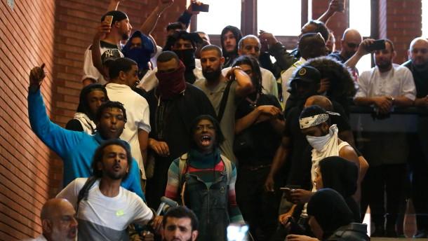 Demonstranten stürmen Bezirksrathaus in London