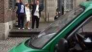 13 Kölner Brautpaare geleitete die Polizei mit einer Eskorte zum Standesamt.